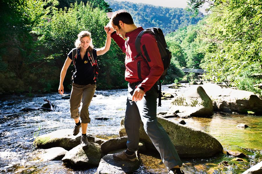 Hikers while crossing a river in the Harz mountains © Boris Breuer, IMG Sachsen-Anhalt