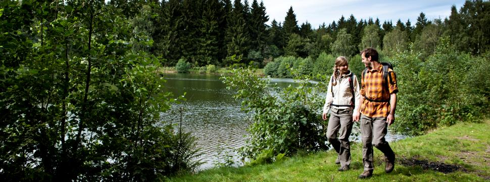 Hikers at the lake in the Harz mountains © Boris Breuer, IMG Sachsen-Anhalt